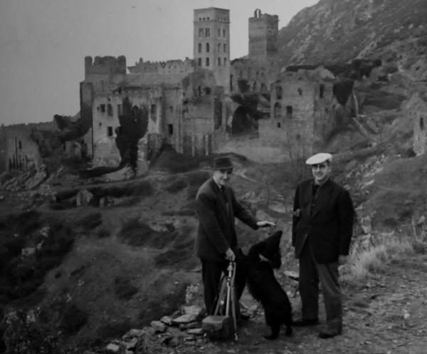 Alexandre Deulofeu, con un colaborador al lado de Sant Pere de Rodes, hizo documentar gráficamente todo el románico que pudo. (Foto del archivo de Alexandre Deulofeu).