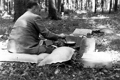 Deulofeu d'acampada, prop de Munic, fent el dinar, camí de Salzburg, per gaudir dels famosos festivals de música. Imatge provinent del llibre: Alexandre Deulofeu. Edició de l'Institut d'Estudis Empordanesos. Pàgina 116.