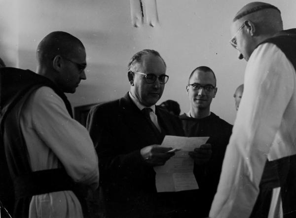 Alexandre Deulofeu durante una visita al monasterio cisterciense de Poblet en la década de los 60 del siglo XX. (Foto del archivo de Alexandre Deulofeu).