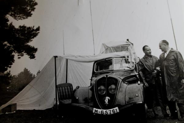 Deulofeu y un colaborador con su Peugeot 402 en uno de los muchos viajes que hacía yendo de camping en los 60 para corroborar su teoría sobre el románico catalán. (Foto del archivo de Alexandre Deulofeu).