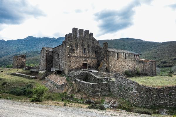 El monasterio de Sant Quirze de Colera, dentro de la corona de manifestaciones arquitectónicas de la cercanía de Sant Pere de Rodes, también es un referente del románico más primitivo.