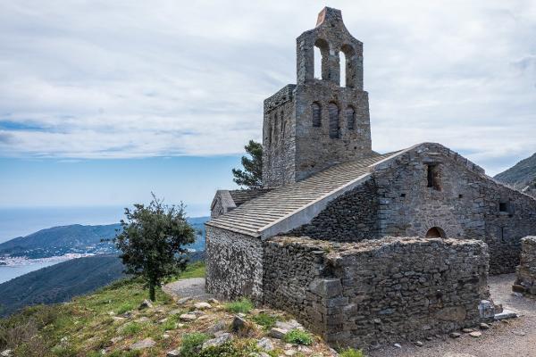 La ermita de Santa Helena de Rodes, en el antiguo pueblo de la Santa Creu, punto indispensable para los primeros pelegrinos en Sant Pere de Rodes, cuna del arte románico.