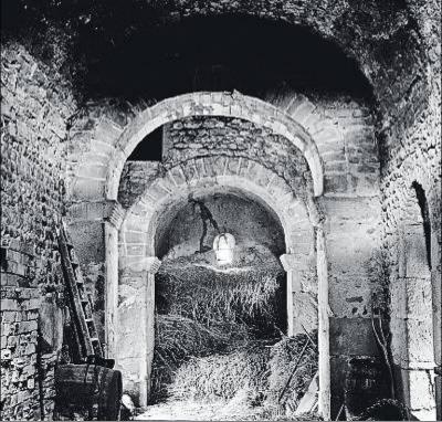Románico en peligro. Iglesia de Sant Esteve de Palau de Sardiaca (Alt Empordà), monumento prerrománico convertido en pajar. Foto: Joaquim Fort.