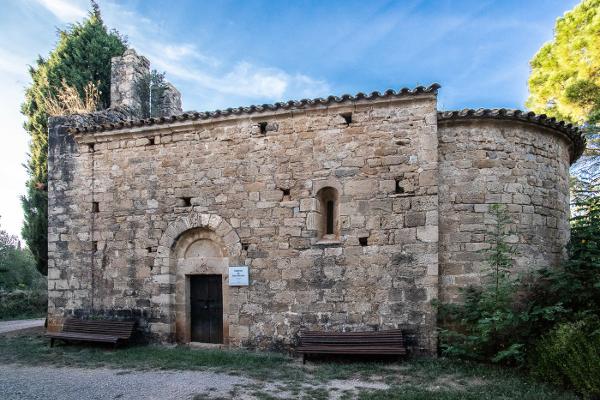Sant Nicolau d'Ordis (s. XII) es una de las muchas ermitas románicas que se esparcen por la llanura ampurdanesa antes de atravesar toda Cataluña en dirección al norte de la Península Ibérica.