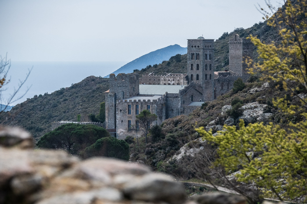 Sant Pere de Rodes, el primer gran templo de finales del siglo IX con vuelta de cañón, provoca un auténtico terremoto arquitectónico con réplicas continuadas que se escuchan hasta el norte de Alemania. (Fotografías de Jordi Borràs).